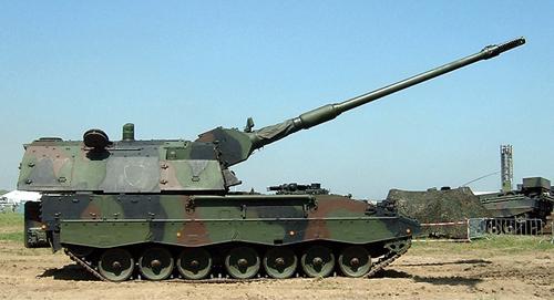 Fig. 1: German Panzer Haubitz 2000 self-propelled gun with its long barrel (Photograph credit: Quistnix, through Wikimedia commons)