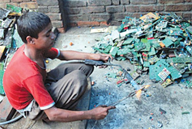 Recovery being done from e-waste by unqualified persons (Image courtesy: enews.toxicslink.org)