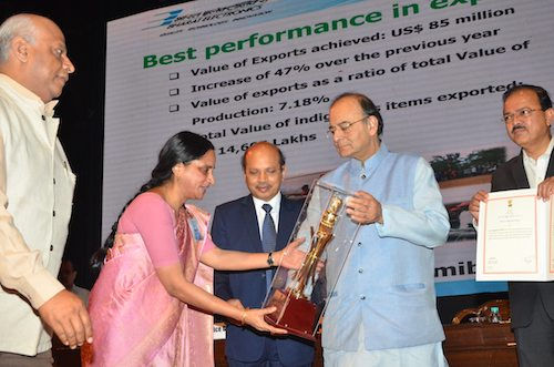 "Mrs Anandi Ramalingam, Director (Marketing), and Mr Kiran V, General Manager (International Marketing Division), BEL, receiving from Mr Arun Jaitley, Raksha Mantri, the Raksha Mantri's Institutional Award for ""Best Performance in Export"" for the year 2015-16."